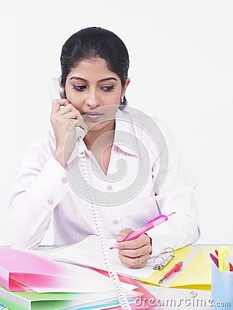 Het uitvoerende spreken op haar telefoon