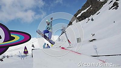 Het van brandstof voorzien van de benzinepomp Tiener snowboarder sprong op springplank zonnig Karton kosmisch voorwerp stock video