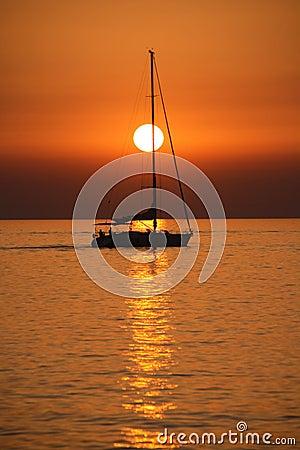 Het varen bij zonsondergang