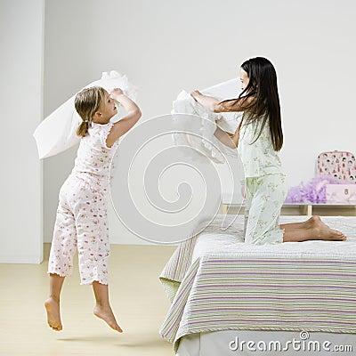 Het Vechten van het Hoofdkussen van meisjes