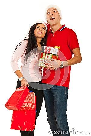 Het verbaasde paar die van Kerstmis omhoog kijken