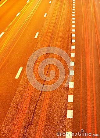 Het verkeer van de weg bij nacht