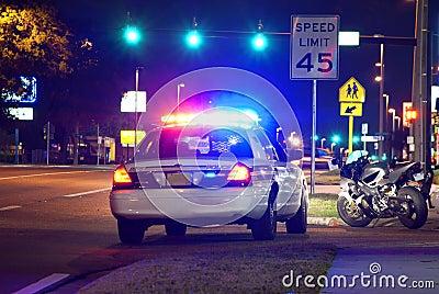 Het verkeerseinde van de politie bij nacht