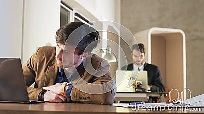 Het vermoeide Jonge Werk van Zakenmanfalling asleep during stock footage