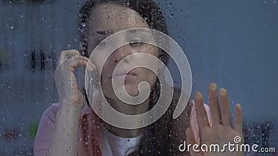 Het verstoorde vrouwelijke spreken op telefoon, die slecht nieuws op regenachtige dag, depressie ontvangen stock videobeelden