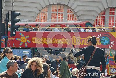 Het vierkant van Piccadilly in Londen overvol door toeristen Redactionele Stock Foto