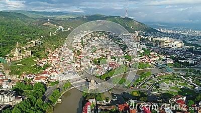 Het vliegen over de stadscentrum van Tbilisi Tbilisi is het kapitaal en de grootste stad van Georgië stock videobeelden