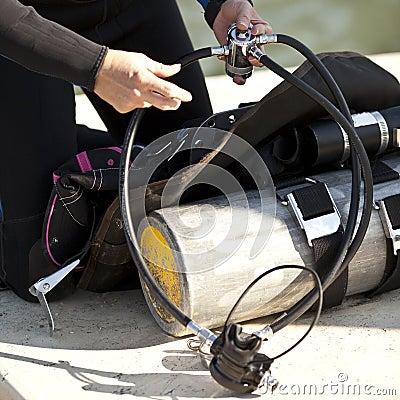 Het voorbereiden van scuba-uitrustingstoestel voor gebruik