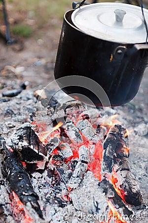 Het voorbereiden van voedsel op kampvuur