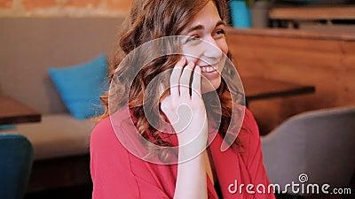 Het vriendschappelijke roddel het glimlachen gesprek van de vrouwentelefoon stock videobeelden