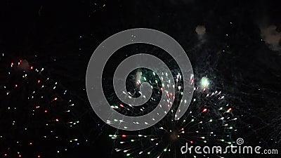 Het vuurwerk toont Festival en viering Het gebruiken van spectaculaire Pyrotechniek voor een Nieuwjaarvooravond stock footage