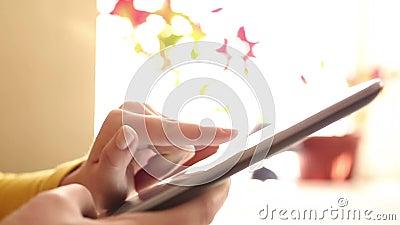 Het werken snel aan digitale tablet - timelapse stock video