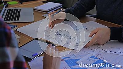 Het werkgroep van het bedrijfsmensenteam tijdens conferentie stock footage