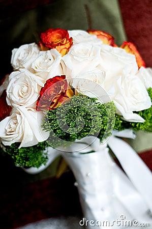 Het witte boeket van het rozenhuwelijk