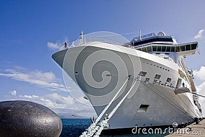 Het witte Schip van de Cruise dat aan Pijler wordt gebonden
