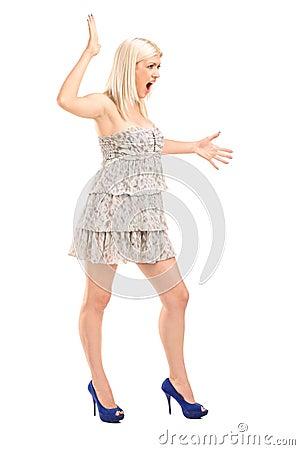 Het zenuwachtige blonde vrouwelijke schreeuwen