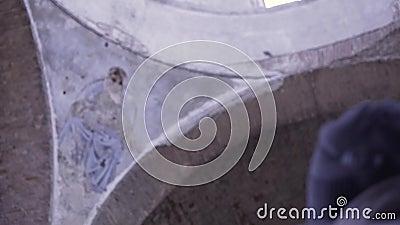 In het zicht van de koepel van de verwoeste kerk Footage Oestrooporthodoxe kerk stock videobeelden
