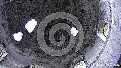 In het zicht van de koepel van de verwoeste kerk Footage Vernietigde orthodoxe kerk stock videobeelden