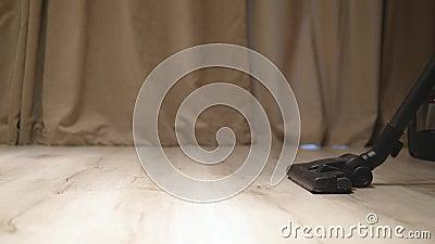 Het zuigen van houten vloer in de ruimte 4k met audio stock video