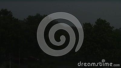 Het zware donderen en regenval samen met sterke winden en vele bliksem stock video