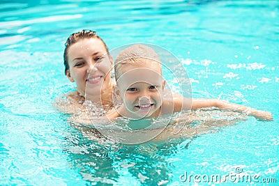 Het zwemmen van de familie