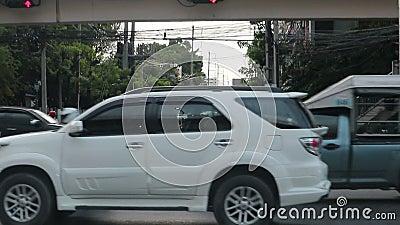 Heure de pointe - voitures bloquées dans les embouteillages sur la route de Dindang Bangkok Thaïlande clips vidéos