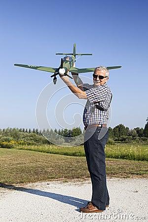 Hög RC-modellör och hans nya plana modell