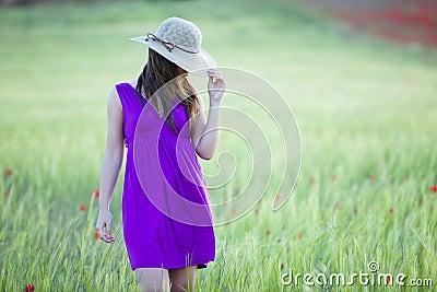Hidding achter haar hoed