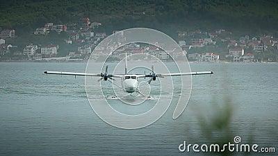 Hidroavião que aterra perto do aeroporto da separação da Croácia Front View Vídeo com som vídeos de arquivo