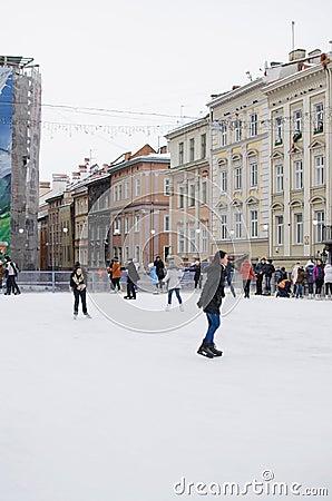 Hielo-patinaje al aire libre en Lviv Imagen de archivo editorial