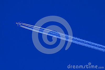 High altitude jet aircraft and contrails