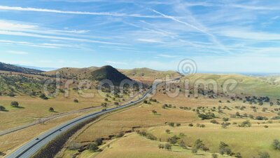 Highway 51 e Hilly Green Farmland Contea di Kern California, USA Vista aerea stock footage
