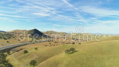 Highway 51 e Hilly Green Farmland Contea di Kern California, USA Vista aerea video d archivio