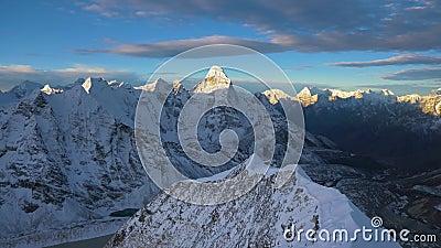 Himalaya al amanecer Vista desde el pico de la isla Nepal metrajes