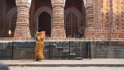 Hindufrauen besuchen Kantanagar Tempel, bekannt als Kantaji Temple oder Kantajew Temple bei Dinajpur, Bangladesch stock video footage