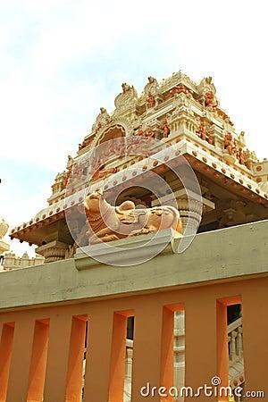 Hinduistischer Tempel, der im Sun glänzt