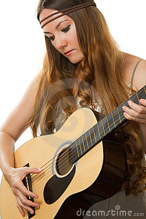 Hippie de la mujer con el pelo largo, tocando la guitarra