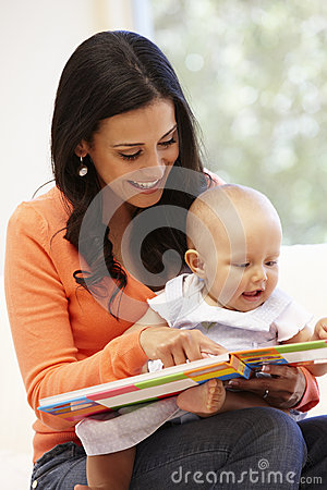 Free Hispanic Mother And Baby At Home Stock Photography - 55893112