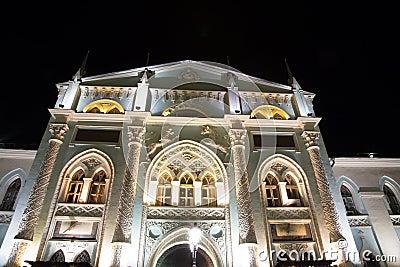 Historische gebouwen op Nikolskaya-Straat dichtbij Moskou het Kremlin bij nacht,