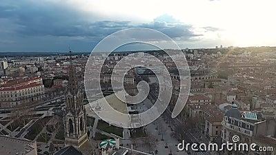 Historisches Zentrum von Nimes, Frankreich Luftsicht auf den Platz, die Arena und den Turm der katholischen Kirche stock video