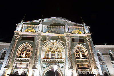 Historyczni budynki na Nikolskaya ulicie blisko Moskwa Kremlin przy nocą,