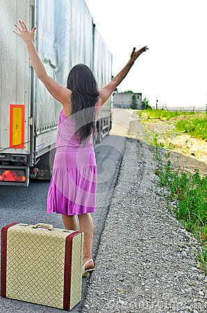 Hitchhiking женщина чемодана