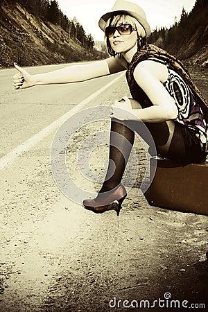 девушка hitchhiking чемодан