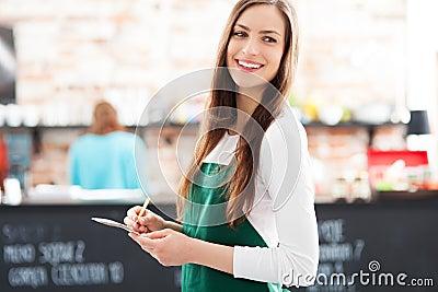 Stående av servitrisen i cafe