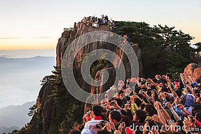 Hållande ögonen på soluppgång på Mt. Huangshan Redaktionell Bild