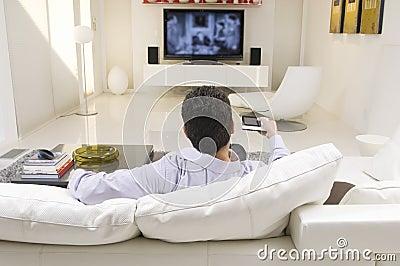 Hållande ögonen på TV för man