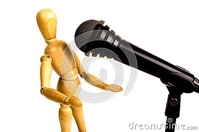 Hölzerner Sänger und blackmicrophone
