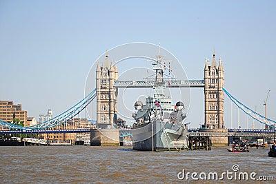 在塔桥梁,伦敦附近的HMS贝尔法斯特船