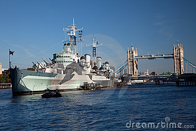 HMS Belfast devant la passerelle de tour