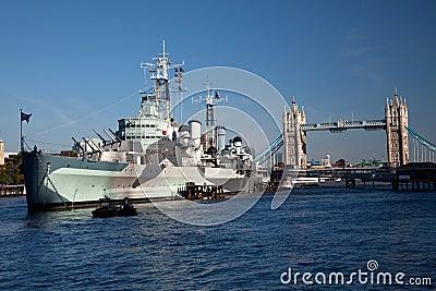 HMS Belfast na frente da ponte da torre